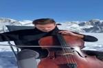 er-spielt-Bratsche-im-Schnee.mp4 auf www.funpot.net
