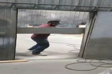 Mann rennt gegen Brett