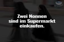 Zwei Nonnen sind im Supermarkt einkaufen: