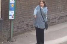 die Wartezeit an der Bushaltestelle überbrücken