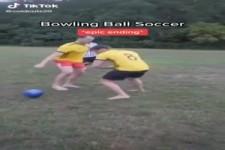Fußball mit Bowlingkugel
