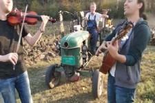 Serbisches Konzert fuer Geige Gitarre und -----Traktor