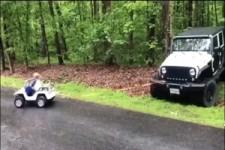 Kleiner Mann schleppt Jeep ab