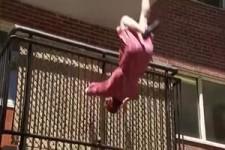 Versteckte Kamera - Sie fällt vom Balkon