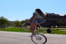 Sie hat ihr Rad im Griff