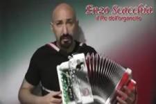 Enzo spielt auf der Handharmonika - 04 02 2120