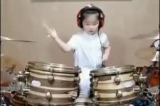 Kleine Schlagzeugerin
